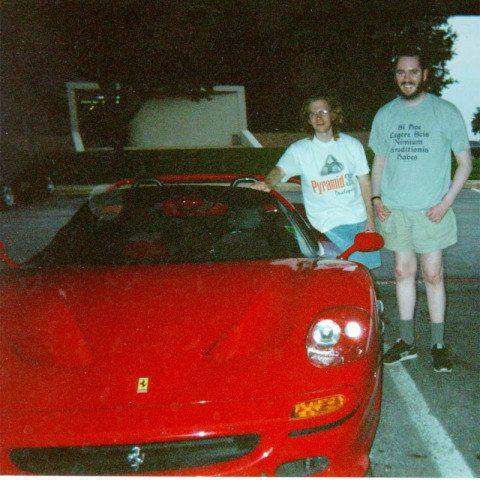 John D. Carmack - rewolucja - Seumas i Carmack obok Ferrari F50