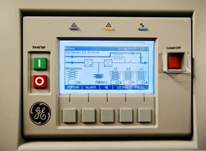 Centrum Informatyczne Świerk - panel kontrolno-sterujący zasilacza awaryjnego