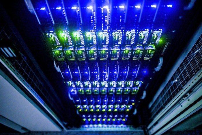 Centrum Informatyczne Świerk - podświetlone serwery kasetowe