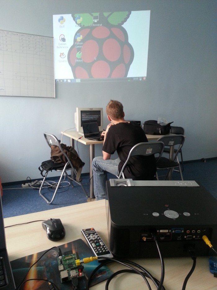 Raspberr Pi z Raspbianem i rzutnik